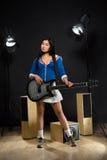 Azjatycka gwiazdy rocka dama w studiu Zdjęcie Stock