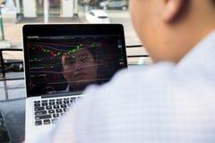 Azjatycka inwestor ostrość na tropić zmianę rynek papierów wartościowych na laptopie fotografia royalty free