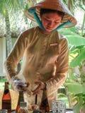 Azjatycka kelnerka ciie up kraba Wietnam saigon Lato 2015 zdjęcie stock