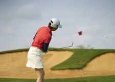 Azjatycka kobieta bawić się golfa outdoors w kursie w lecie Zdjęcia Stock