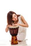 Azjatycka kobieta bawić się ręka bęben Zdjęcia Stock