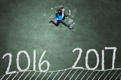 Azjatycka kobieta biega na chalkboard w kierunku 2017 Obrazy Royalty Free