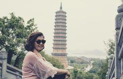Azjatycka kobieta bierze fotografii z chua bai dinh pagosa najwięcej p obrazy stock