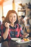 Azjatycka kobieta cieszy się łasowanie mango i kleistych ryż Zdjęcie Royalty Free