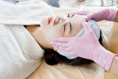 Azjatycka kobieta Cieszy się twarzy maski obraz stock