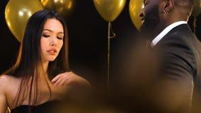 Azjatycka kobieta flirtuje przy przyjęciem z amerykanina mężczyzną, seductively tanczy zbiory wideo