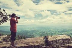 Azjatycka kobieta fotografował pięknego widok, plenerowego na lato d Fotografia Royalty Free