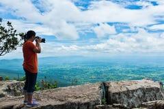 Azjatycka kobieta fotografował pięknego widok, plenerowego na lato d Zdjęcia Stock