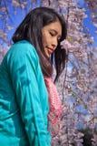 Azjatycka kobieta i Czereśniowy okwitnięcie Obrazy Royalty Free