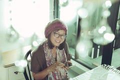 Azjatycka kobieta i mądrze telefon w ręce z uśmiechniętym twarzy szczęściem Zdjęcie Royalty Free