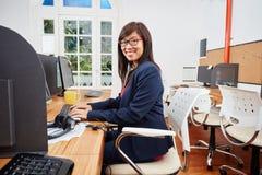 Azjatycka kobieta jako konsultant w centrum telefonicznym obraz stock