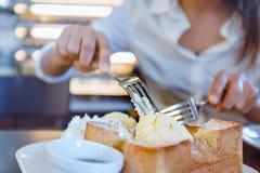 Azjatycka kobieta je lodowy ryza i wyśmienicie chleb Ostrość dalej dla Zdjęcie Stock