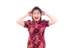 Azjatycka kobieta jest ubranym chińczyka smokingowego cheongsam migrenę Przeciw zdjęcia stock