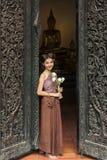 Azjatycka kobieta jest ubranym typową Tajlandzką suknię w świątyni (Tradycyjną) obraz royalty free