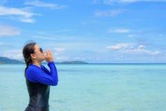 Azjatycka kobieta krzyczy z rękami na morzu w lecie, Tajlandia zdjęcia royalty free