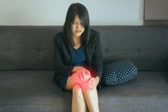 Azjatycka kobieta ma kolanowego ból, Żeńskiego uczucia wyczerpujący, Emocjonalny twarzy wyrażenie i bolesny, obraz royalty free