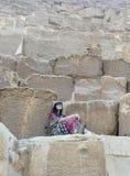 Azjatycka kobieta na kamiennych krokach obraz royalty free