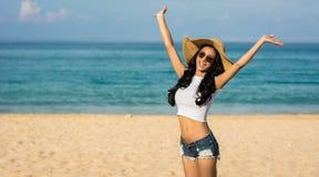 Azjatycka kobieta na plaży Podnosi ręki dla szczęścia i relaksuje na plaży Fotografia Royalty Free