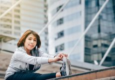 Azjatycka kobieta ono grże ćwiczyć w dużym mieście uzdrowiciel fotografia stock