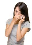 Azjatycka kobieta opowiada telefon skrycie obraz stock