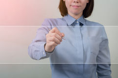 Azjatycka kobieta pisze białym ekranie w biuro mundurze, biznes c zdjęcia royalty free