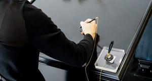 Azjatycka kobieta podpisuje up z jej prawą ręką w czerni fotografia stock