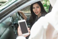 Azjatycka kobieta pokazuje jej kierunek fotografia stock