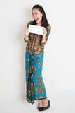 Azjatycka kobieta pokazuje kopertę Obraz Royalty Free