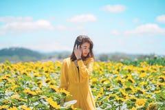 Azjatycka kobieta radosna z pięknym słonecznika polem zdjęcie stock
