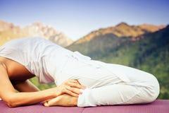 Azjatycka kobieta robi joga przy górą Fotografia Royalty Free