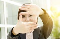 Azjatycka kobieta robi ręki ramie Zdjęcia Royalty Free