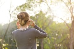 Azjatycka kobieta słucha muzyka obrazy royalty free