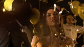 Azjatycka kobieta seductively flirtuje z amerykanina mężczyzną przy przyjęciem i tanczy zbiory