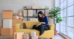 Azjatycka kobieta sprawdza rozkaz zdjęcie wideo