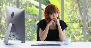 Azjatycka kobieta stawia dalej he?mofon zdjęcie wideo
