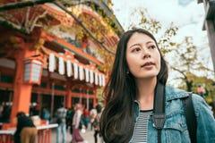 Azjatycka kobieta stoi blisko sławnej świątyni zdjęcia royalty free