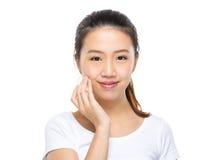 Azjatycka kobieta stosuje skincare na twarzy obrazy royalty free