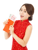 Azjatycka kobieta trzyma czerwoną kopertę z pieniądze Obrazy Stock