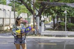 Azjatycka kobieta trzyma wodnego pistoletu sztuki Songkran festiwal Tajlandzkiego nowego roku w Tajlandia lub zdjęcia stock