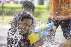 Azjatycka kobieta trzyma wodnego pistoletu sztuki Songkran festiwal Tajlandzkiego nowego roku w Tajlandia lub obraz stock