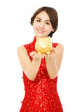 Azjatycka kobieta trzyma złotego prosiątko banka szczęśliwego nowego roku chiński Zdjęcia Royalty Free