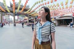Azjatycka kobieta uśmiechnięta i patrzeje oddolny zdjęcie stock