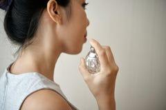Azjatycka kobieta używa pachnidło obrazy royalty free