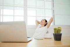 Azjatycka kobieta używa laptop w domu, Zdjęcie Royalty Free