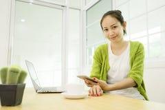 Azjatycka kobieta używa laptop w domu, Obrazy Stock