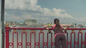 Azjatycka kobieta ups i jogging na moście robić pcha zbiory