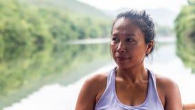 Azjatycka kobieta w podkoszulek bez rękawów patrzeje lewica zdjęcia royalty free
