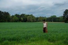 Azjatycka kobieta w polu otaczającym trawą zdjęcie royalty free