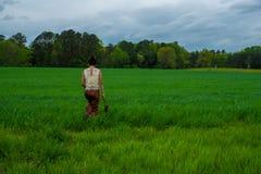 Azjatycka kobieta w polu otaczaj?cym traw? fotografia stock