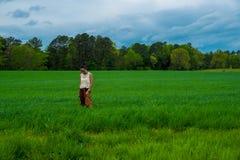 Azjatycka kobieta w polu otaczaj?cym traw? obraz royalty free